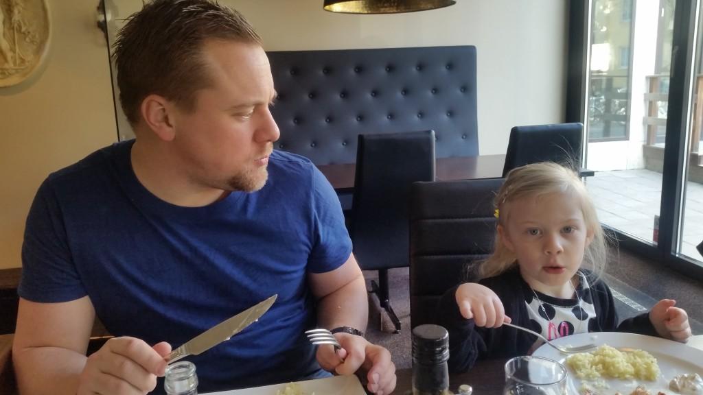 Pappa och Smilla när vi åt på Grekiska Kolgrillsbaren