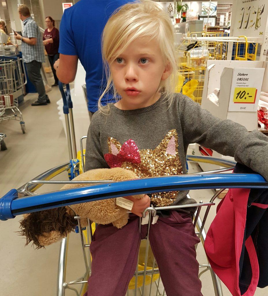 trött tjej på IKEA